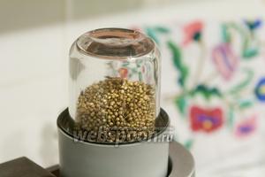 Воспользуемся электромельничкой, чтобы помолоть семена кориандра.
