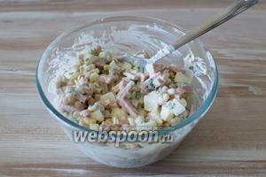 Заправьте салат майонезом, либо майонезом со сметаной, перемешайте, посолите и поперчите по вкусу. Салат готов.