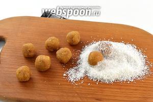 Из массы формировать небольшие круглые конфеты (величина конфет — половинка грецкого ореха). Обвалять конфеты со всех сторон в кокосовой стружке.
