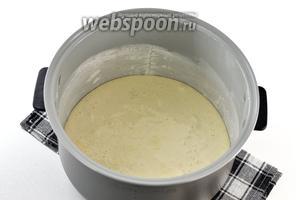 Чашу мультиварки слегка смазать подсолнечным маслом и обсыпать мукой. Выложить тесто в мультиварку и готовить в режиме «Выпечка» на протяжении 30 минут (у меня мультиварка Полярис).