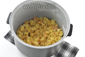Измельчить корж руками или можно измельчить с помощью кухонного комбайна (насадка — металлический нож).