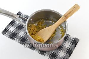 Поместить булгур и подсолнечное масло в кастрюлю с толстым дном. Обжарить, помешивая, на сильном огне до золотистого цвета и орехового аромата.