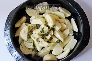 Картофель очистить и нарезать на ломтики, присыпать крупной морской солью, листиками свежего тимьяна и полить 1 ст. л. оливкового масла, перемешать.
