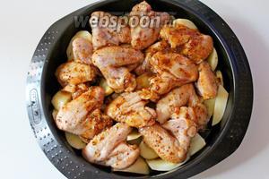 Поверх картофеля выложить крылышки, накрыть форму фольгой и запекать при 180°С 40 минут, снять фольгу и запекать ещё 20 минут.