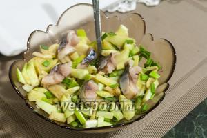 Нам осталось только перемешать салат и подавать его к столу. Или спокойно убрать в холодильник, закрыв пищевой плёнкой, чтобы съесть салат назавтра. При желании, такой салат можно сдобрить вкусным растительным маслом, но нас устраивает и жирность самой скумбрии. Приятных гастрономических впечатлений!
