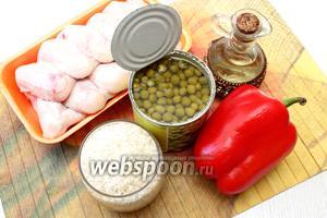 Для приготовления возьмите куриные крылья, масло растительное, воду, рис, соль и специи, горошек, перец сладкий.
