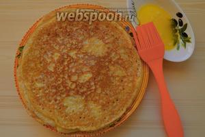 Складываем блины стопочкой на тарелку, смазывая каждый сливочным маслом.