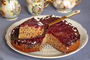 Вишнёвый торт-перевёртыш с рубленными орехами