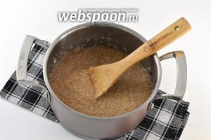 Довести до кипения. Огонь уменьшить и варить на медленном огне, помешивая, на протяжении 20 минут. Блюдо загустеет.