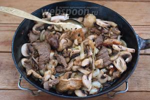 Обжаренное мясо с луком и шампиньонами будет вот таким.
