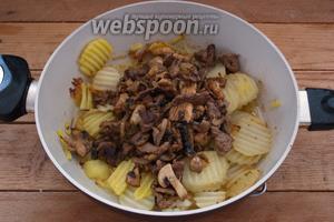 К обжаренному картофелю добавляем мясо с грибами.