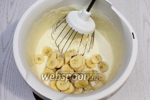 Добавляем мелко порезанные бананы и продолжаем взбивать.
