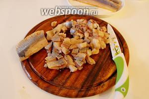Для приготовления соуса, филе сельди нарезать на маленький кубик.