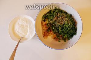 Выложить в миску сельдь, зелень, поперчить и заправить сметаной.