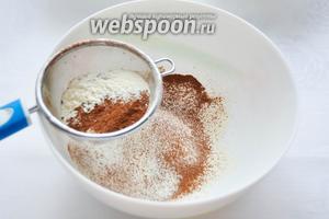 Просейте в глубокую миску муку с какао, добавьте соду и разрыхлитель. Для более глубокого вкуса выпечки положите щепотку соли. Перемешайте венчиком.