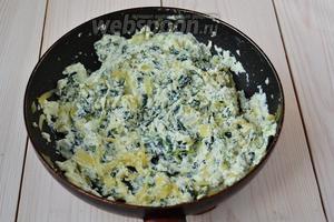 Снимите сковороду с огня. В смесь лука и шпината выложите рикотту, а также 1/3 от общего количества Пармезана (остальное отложите, чтобы посыпать блюдо в конце). Добавьте по вкусу соль и перец (я положила по 1/4 ч. л. того и другого).