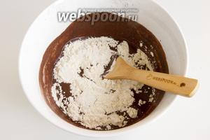 В 3-4 приёма добавляйте муку в тесто, перемешивая каждый раз.