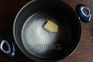 В кастрюльке растопить масло с 1/2 порции сахара, добавить очищенные и нарезанные кубиком яблоки, корицу.