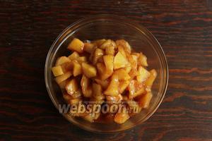 Готовить на умеренном огне, до мягкости яблок. Переложить яблоки, в миску (хранить в тепле).