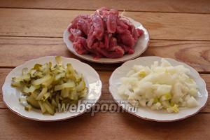 Репчатый лук нарезать кубиком. Мясо говядины освободить от остатков костей и жёстких волокон, солёные огурцы нарезать соломкой.
