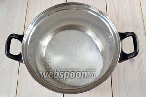 Для того, чтобы сделать вторую партию конфет, насыпьте в чистую кастрюлю 50 г сахара.
