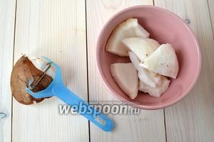 С кокосовой мякоти счистите коричневый слой. Удобнее всего это делать овощечисткой, причём именно такой конструкции, как на фото.