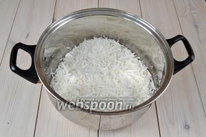 Добавьте сахар. Соотношение веса кокосовой стружки к сахару — 1:1. То есть на 350 г стружки понадобится 350 г сахара. А воды нужно взять раза в 3 раза меньше, около 100 мл. Иногда кокаду готовят вовсе без добавления воды.