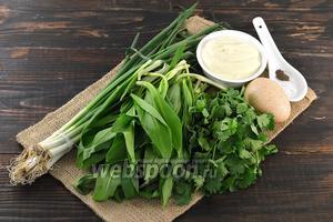 Для работы нам понадобится зелёный лук, черемша, петрушка, домашний майонез, яйца, соль, перец.