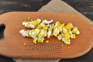 Яйца отварить и нарезать средними кусочками.
