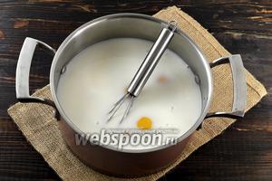 В кастрюле соединить молоко и яйца.