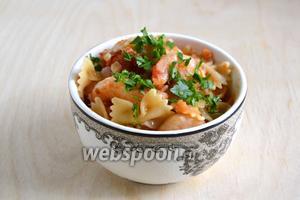Смешайте креветки в томатно-ромовом соусе с пастой, добавьте по вкусу зелень и подавайте в горячем виде.