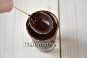Остывший шоколад налейте в рюмку или стопку. Окунайте кумкваты в шоколадную массу целиком. Следите, чтобы она равномерно ложилась на поверхность фруктов.