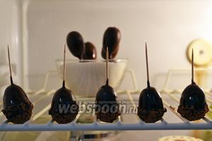 Теперь кумкваты в шоколаде нужно отправить в холодильник минут на 20-30, чтобы глазурь застыла. Конфеты-жёлуди я просто поставила на полку, а те, что без посыпки, воткнула в мисочку с сахаром. Так они стояли, пока глазурь не перестала течь.