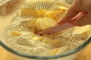 Широким острым ножом порубить мало в мелкую крошку. Если в процессе масло размягчится, то поставить миску в холодильник на 10 минут, а потом продолжить.