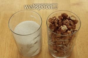 Для начинки нужно взять сахар и орехи. Традиционно в начинку мутаки кладётся кардамон, но можно взять ванилин.
