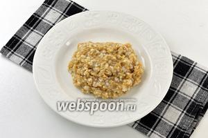 Солите кашу непосредственно во время приёма еды — так вы в полной мере насладитесь очень интересным, лёгким ореховым вкусом овсяной каши.