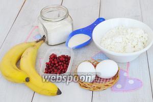 Потребуется творог, яйца, манка молоко, бананы и брусника.
