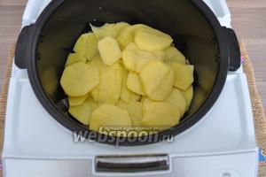 Закрыть оставшейся 1/2 частью картофеля. Поперчить. Посолить.