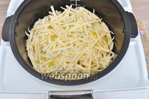 Выложить нарезанный кольцами лук (это по желанию, я лук люблю и добавляю его много. Если вам лук не по душе, то не кладите его.) Закрыть сверху тёртым сыром.