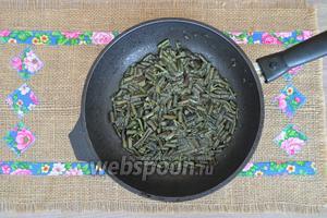 В разогретой сковороде, на растительном масле обжарить папоротник.
