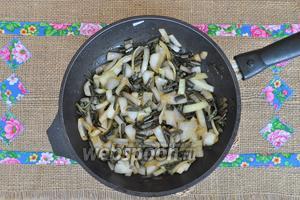 Добавить лук и соевый соус и обжарить до прозрачности лука.