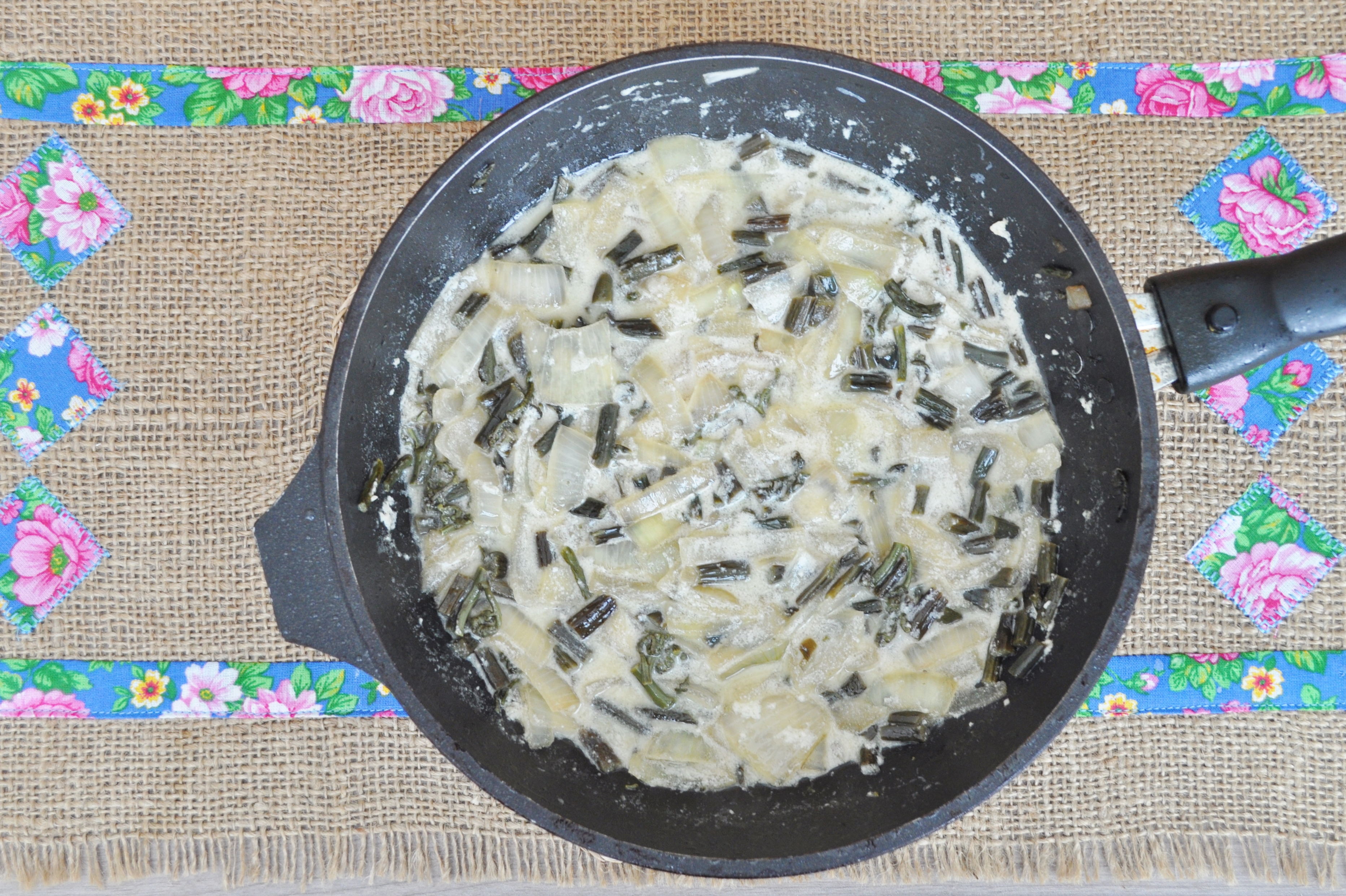 Потушить 4 минуты под крышкой, добавить молотый чёрный перец по вкусу. Папоротник для запеканки готов.