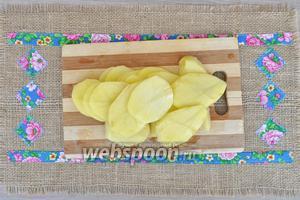 Начистим картофель. Нарежем на тонкие кружочки.