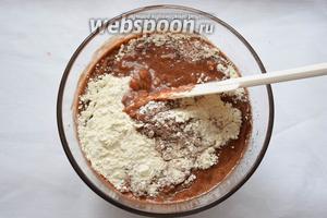 Просеять все сухие ингредиенты — муку, какао, разрыхлитель. Перемешайте.
