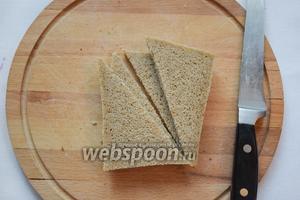 Обрежем корки у хлеба, нарежем по диагонали и обжарим с двух сторон на сухой, раскалённой сковороде, либо 2 минуты в тостере (в этом случае, разрежьте после того, как они приготовятся).