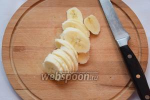 Бананы нарежем колечками.