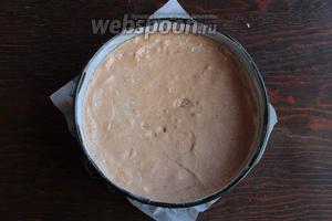 Перелить тесто в подготовленную форму (дно — пергамент, бока — масло с мукой). Выпекать 25-30 минут при 180°С, средняя полка, без конвекции, верх-низ.