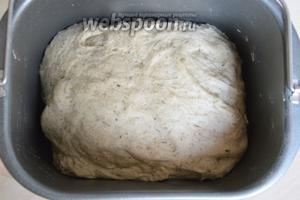 После сигнала об окончании цикла, тесто должно увеличится в 2-2,5 раза. Включите духовку на 200-220°С.