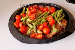 Выложить поверх спаржу и черри, полить оставшимися 2 ст. л. оливкового масла и запечь в сковороде при 200°С, минут 10-12.