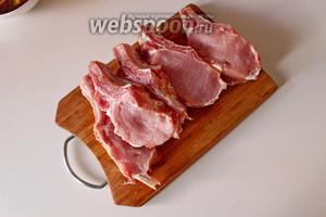 Мясо разрезать по косточке.